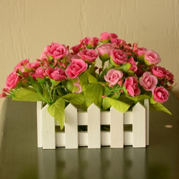 plantes-artificielles-déco-avec-un-paroi-en-bois-et-fleurs
