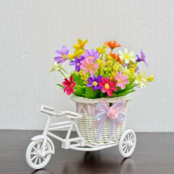 plantes-artificielles-une-bicyklette-blanche-décoration-rustique-avec-des-fleurs-artificielles
