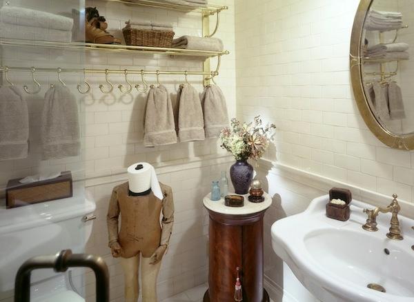 porte-serviette-de-salle-de-bain-élégant-et-miroir-rond