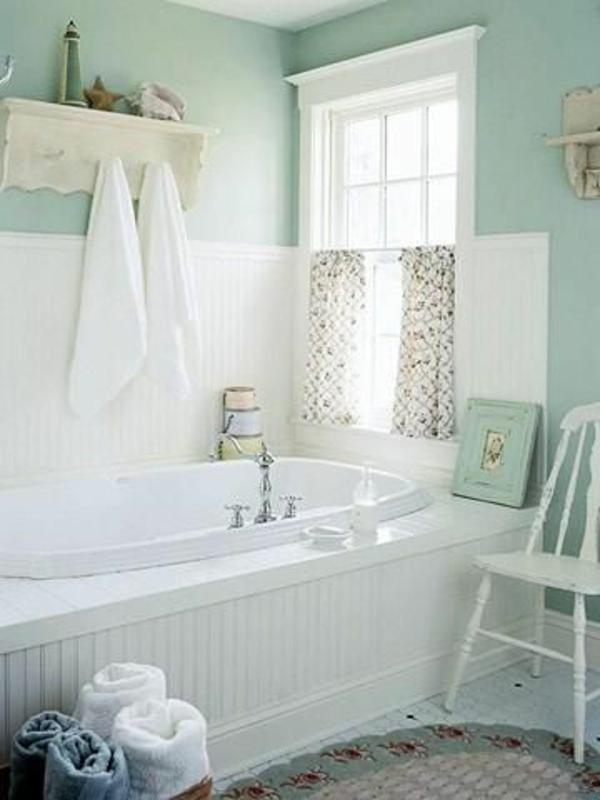 porte-serviette-de-salle-de-bain-au-dessus-de-la-baignoire