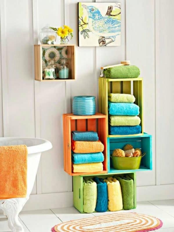 porte-serviette-de-salle-de-bain-casiers-en-bois-colorés