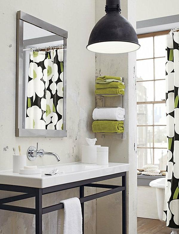 porte-serviette-de-salle-de-bain-et-rideaux-de-douche-bariolés