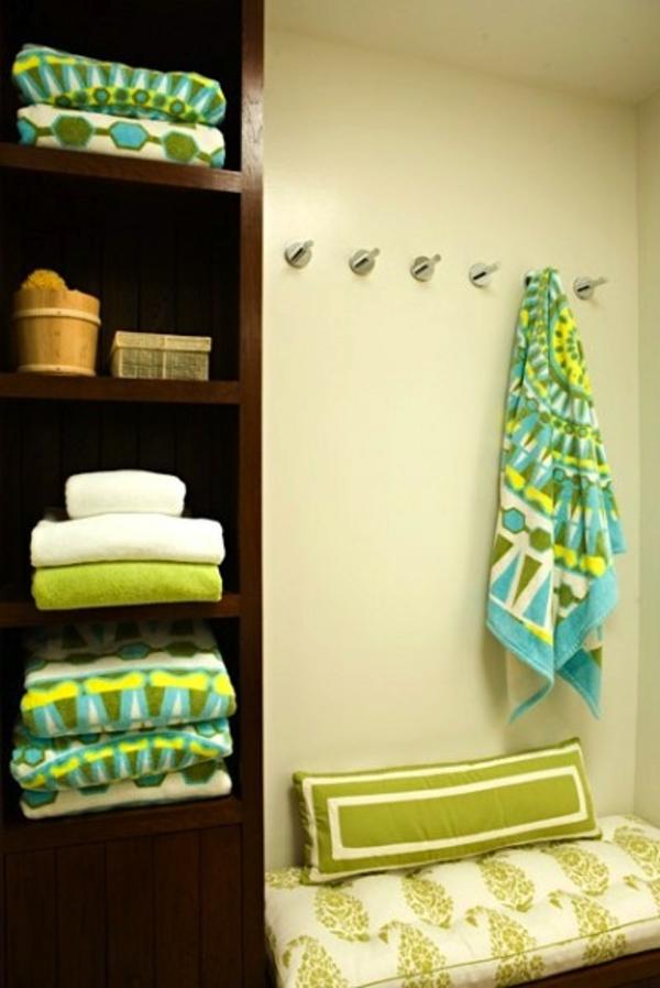 porte-serviette-de-salle-de-bain-et-serviettes-vertes