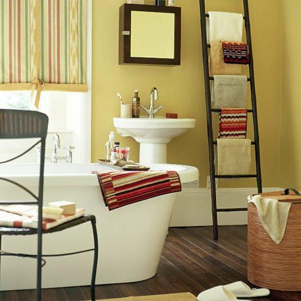porte-serviette-de-salle-de-bain-grande-baignoire-blanche