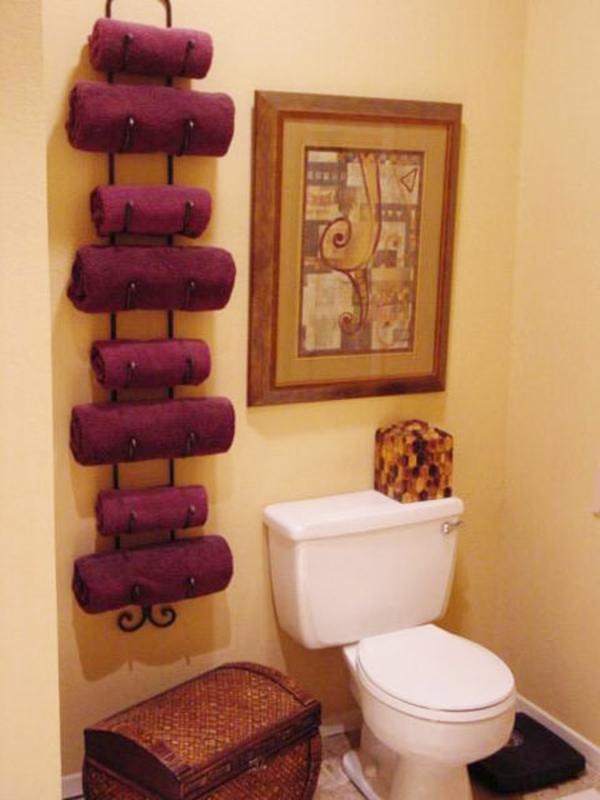 porte-serviette-de-salle-de-bain-serviettes-bordeaux-et-une-peinture