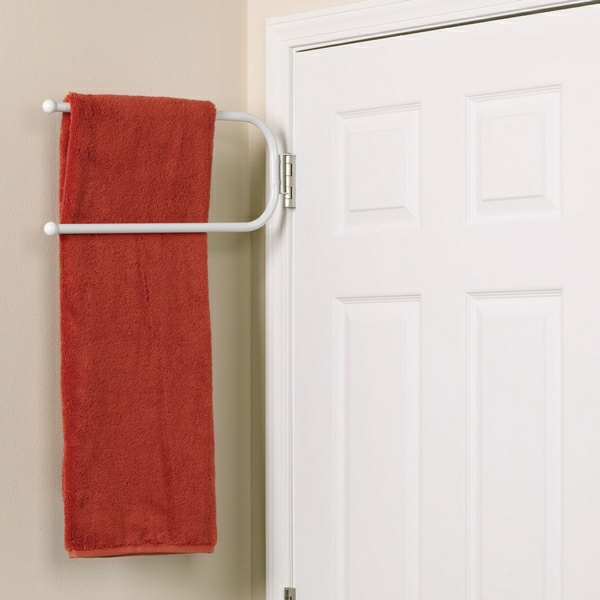 porte-serviette-de-salle-de-bain-une-porte-blanche