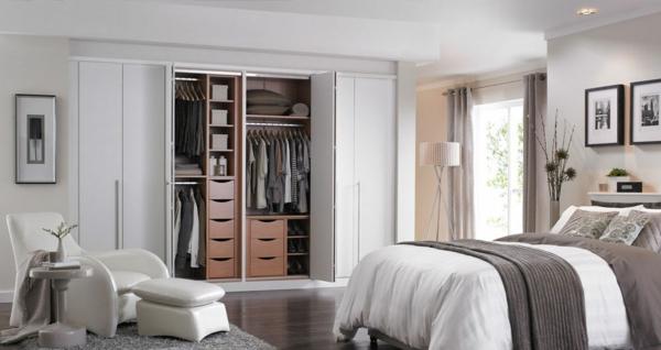 portes de placard pliantes, chambre à coucher en beige et blanc