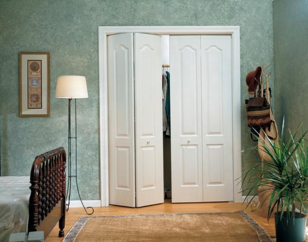 les portes de placard pliantes pour un rangement joli et. Black Bedroom Furniture Sets. Home Design Ideas