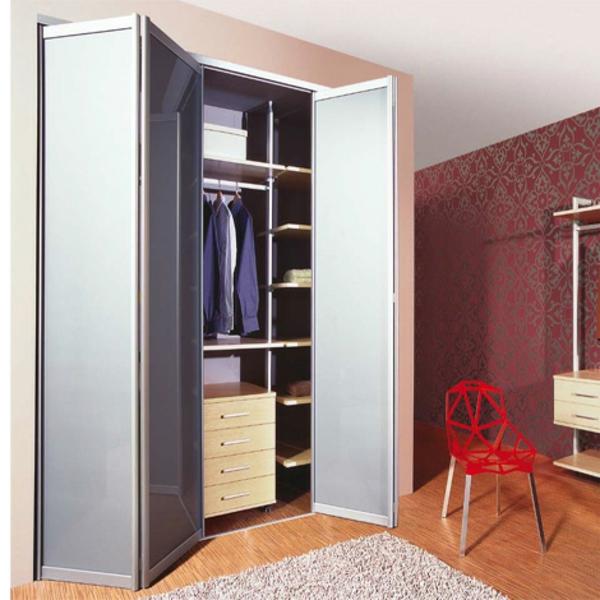 Les portes de placard pliantes pour un rangement joli et for Papier peint pour porte de placard