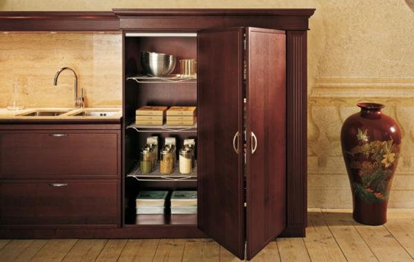 portes-de-placard-pliantes-un-placard-en-bois-dans-la-cuisine