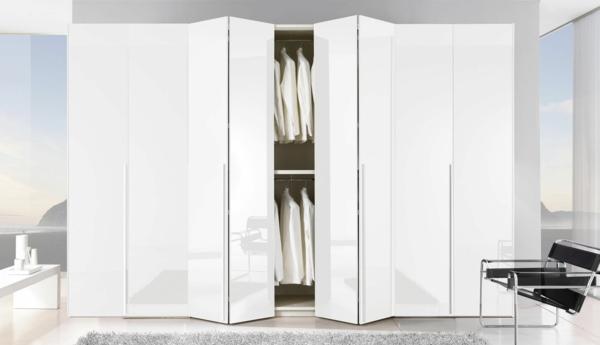 portes-de-placard-pliantes-une-armoire-blanche-luisante