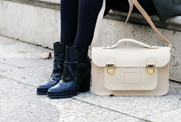 sac-cartable-blanc-et-chaussures-noires