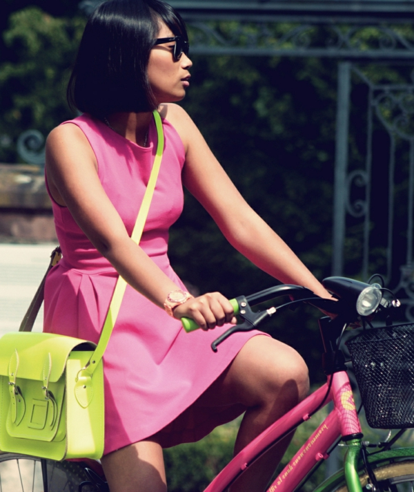 sac-cartable-vert-une-robe-rose