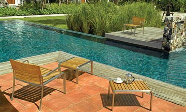 salon-de-jardin-en-teck-mobilier-en-fer-et-bois-près-d'une-piscine