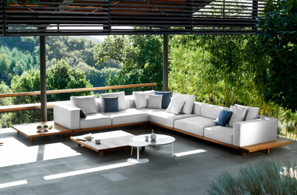 salon-de-jardin-en-teck-table-basse-rectangulaire-etcanapé-d'angle-sur-plateforme