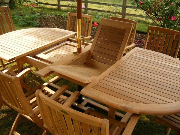 salon-de-jardin-en-teck-table-rabattable-avec-des-chaises