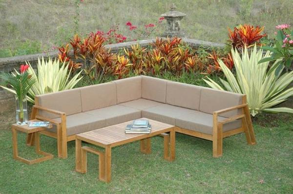 salon-de-jardin-en-teck-un-canapé-d'angle-en-teck-unte-table-et-plantes-exotiques