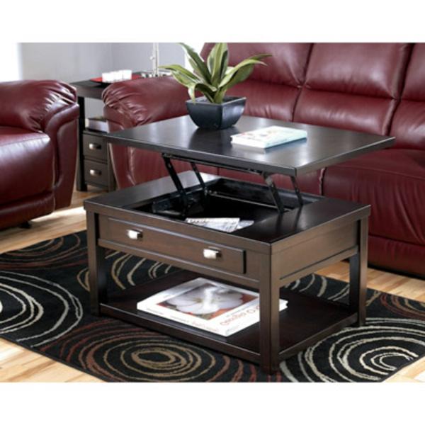 table-basse-avec-plateau-relevable-sofa-marron-tapis-en-noir-et-blanc