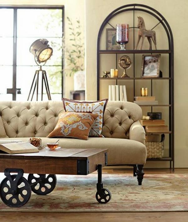 table-basse-industrielle-décor-original-et-divan-capitonné