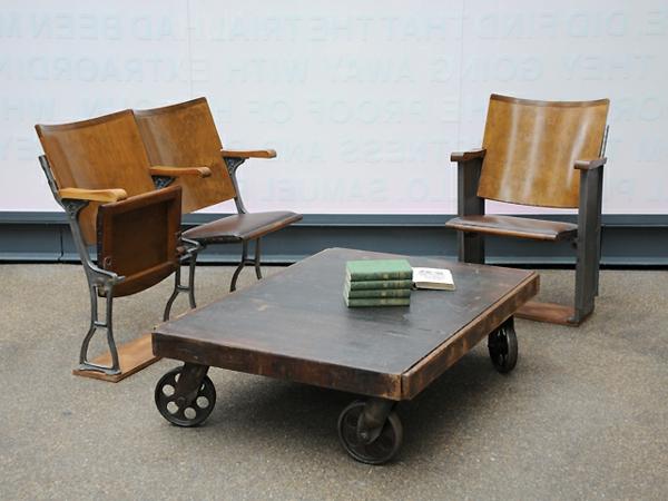 table-basse-industrielle-et-chaises-pliantes