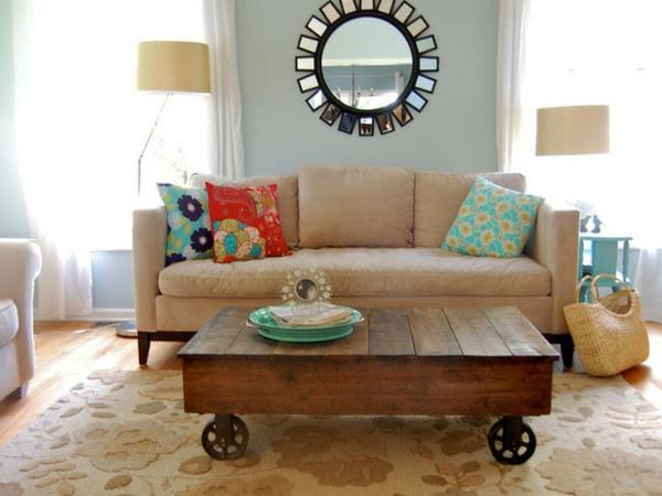 table-basse-industrielle-et-coussins-décoratifs-colorés