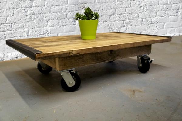 table-basse-industrielle-et-un-pot-de-fleur