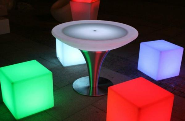 table-basse-lumineuse-et-chaises-cubes