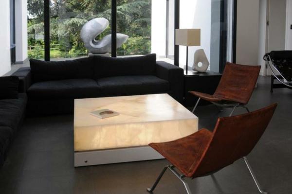 table-basse-lumineuse-et-deux-chaises-modernes