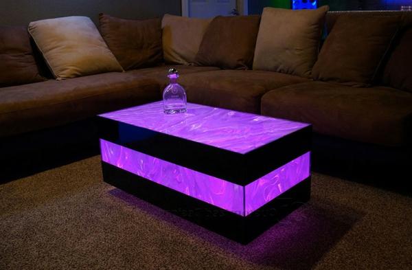 table-basse-lumineuse-une-table-en-couleur-lilas