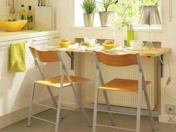 table-pliante-de-cuisine-et-deux-chaises-cosy