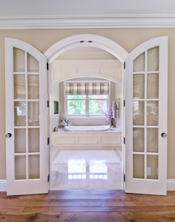 portes-intérieures-vitrées-et-salle-de-bains-jolie