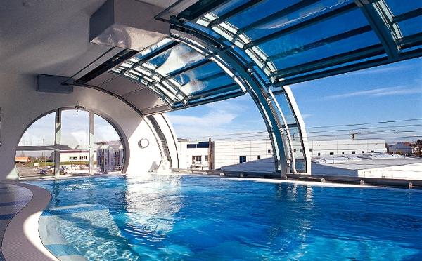 un-piscine-contemporain-pour-truve-zle-confort-et-le-soleil