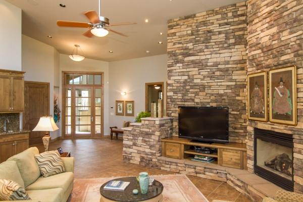 architecture-avec-de-pierre-pour-un-salon-et-un-canapé-cool-