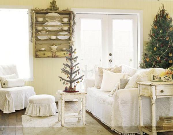 canapé-en-blanc-avec-un-sapinnaturel-et-comment-arranger-pour-la-fête