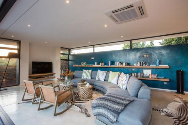 canapé-en-bleu-claire-chaises-vintage-pour-un-mur