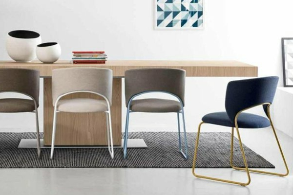 chaise-calligaris-chaises-calligaris-et-une-grande-table-en-bois