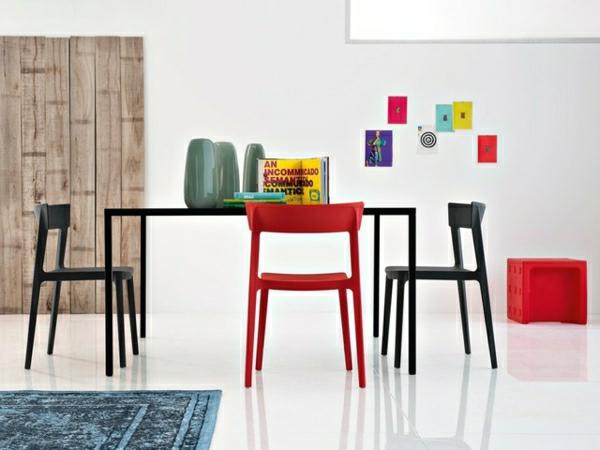 chaise-calligaris-mobilier-artistique-dans-une-chambre-blanche