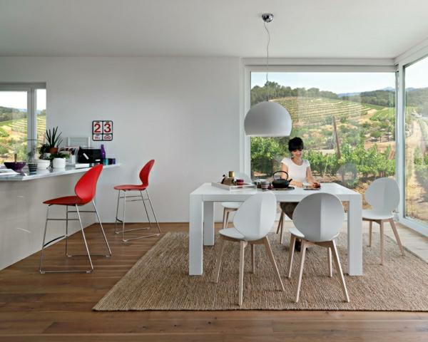 chaise-calligaris-une-table-blanche-rectangulaire, chaises blanches, apiètement en bois