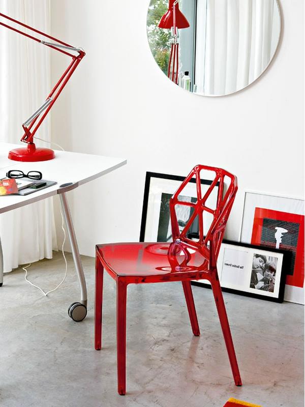 chaise-calligaris-une-chaise-rouge-près-d'un-bureau