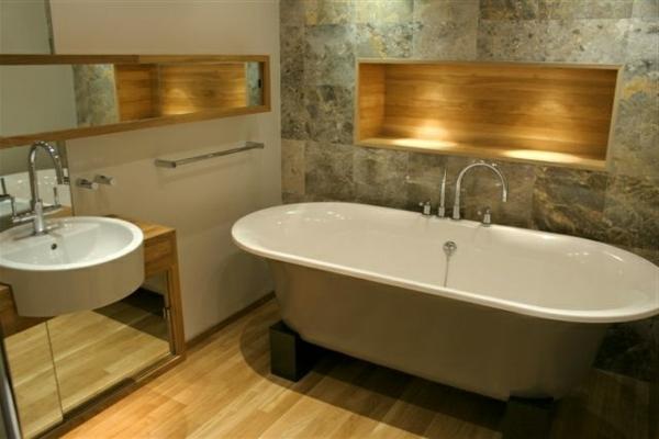La d co de salle de bain en bois 107 photos - Salle de bain avec mur en pierre ...