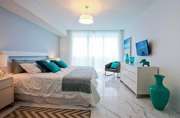 cool-design-en-blanc-et-vase-en-bleu-turquiose