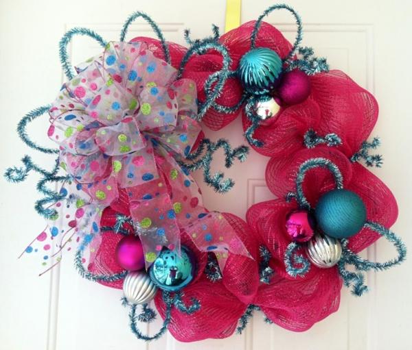 cool-guirlande-en-rose-et-des-jouets-de-noel-en-bleu