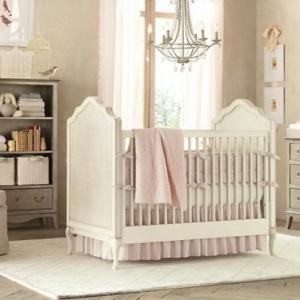 Le design de la chambre de bébé modernе en blanc