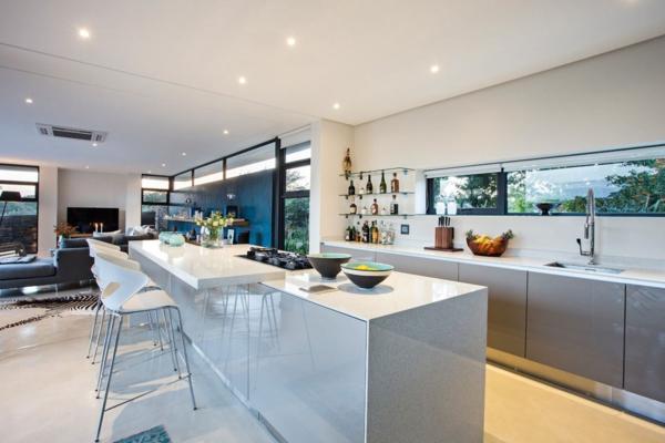 cuisine-avec-île-central-laquée-blanc-chaises-bar