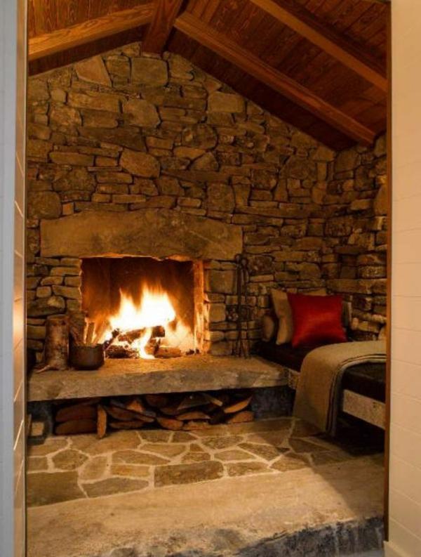 décoration-pour-l-cheminée-et-la-salle-entier-avec-des-pierres
