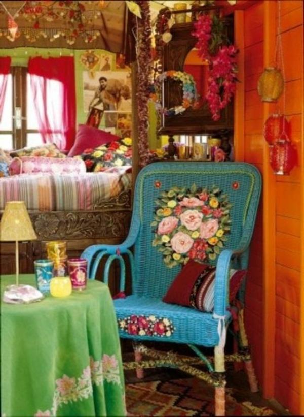deco-boheme-chic-coloré-et-unchaise-avec-des-motifs-coloré
