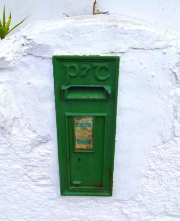 deco-de-la-boîte-aux-lettres-verte-dans-un-mur-blanc-en-pierre