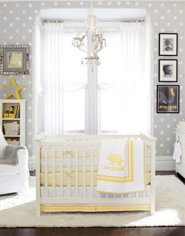 deco-et-design-enfantvec-des-drapaux-jauneet-mur-aux-points