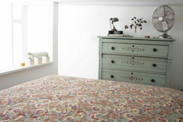 deusième-étage-pour-un-peiti-studio-avec-un-lit-nstyle-vintage