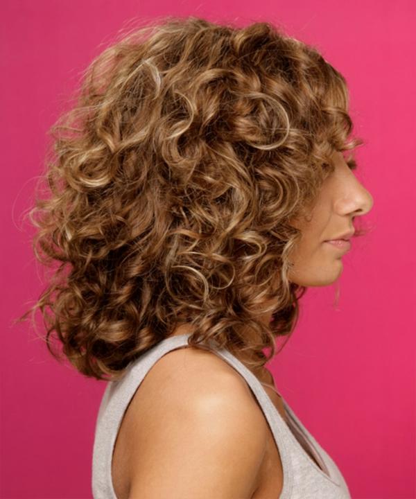 idées-coiffures-pour-cheveux-mi-longs-cheveux-bouclés